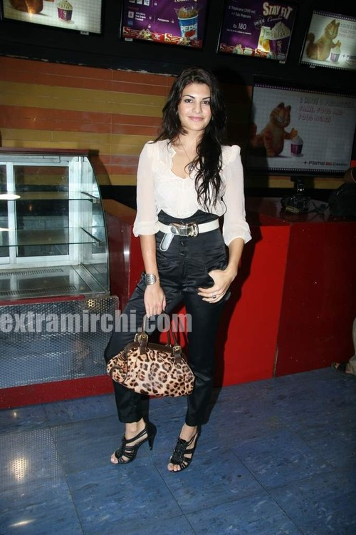 Jacqueline-Fernandes-at-Premiere-of-Knight-and-Day-3.jpg
