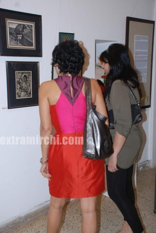 Mandira-Bedi-at-Priyasri-Patodia-art-exhibition-1.jpg