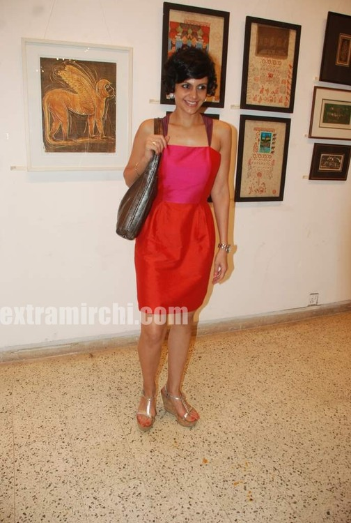 Mandira-Bedi-at-Priyasri-Patodia-art-exhibition-3.jpg