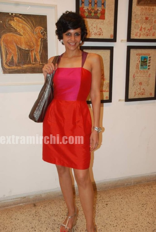 Mandira-Bedi-at-Priyasri-Patodia-art-exhibition-4.jpg