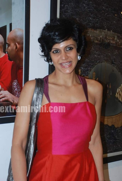 Mandira-Bedi-at-Priyasri-Patodia-art-exhibition-7.jpg