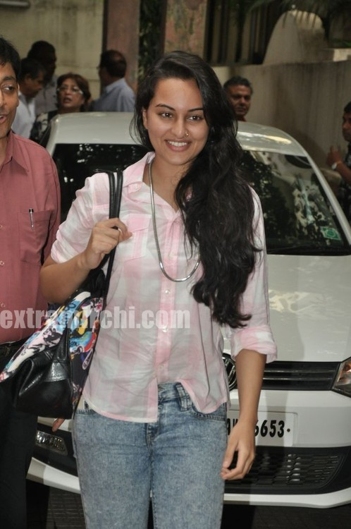 Sonakshi-Sinha-at-a-Special-Screening-of-IHLS-6.jpg