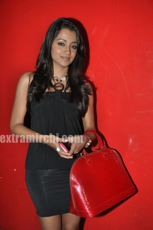 Trisha-at-Special-Screening-of-Khatta-Meetha-7.jpg