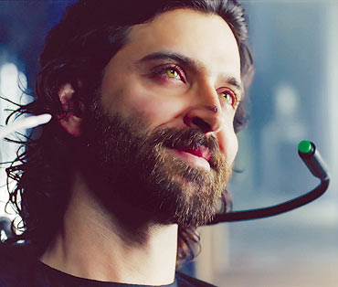 Aishwarya-Rai-and-Hrithik-in-Guzaarish-2.jpg