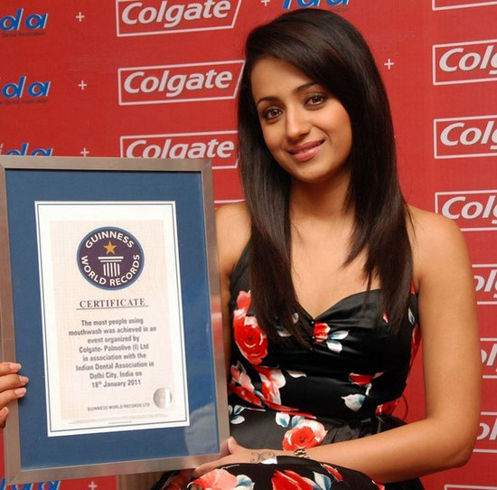 Trisha-Krishnan-with-Colgate-Guinness-World.jpg