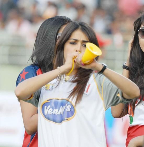 Genelia-cheers-at-Celebrity-Cricket-League-T20-3.jpg
