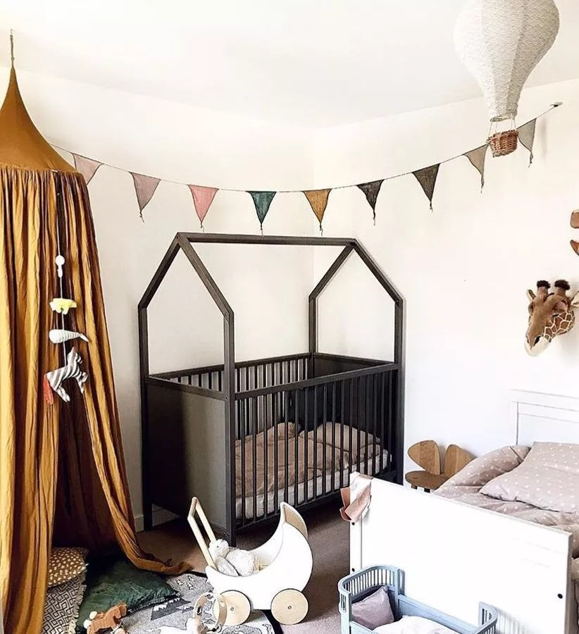 Shared kids bedroom with bed and crib. Photo by Instagram user @tinylittlepads