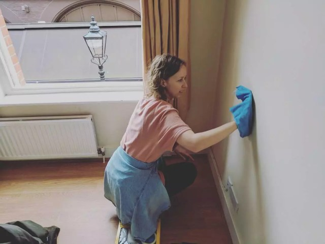 Woman cleaning walls. Photo by Instagram user @ellen_needs_kim