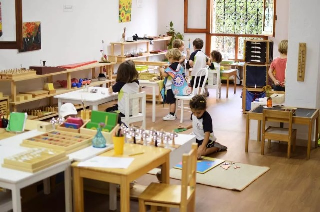 Kids playing in Montessori School. Photo by Instagram user @montessorischoolalmeri