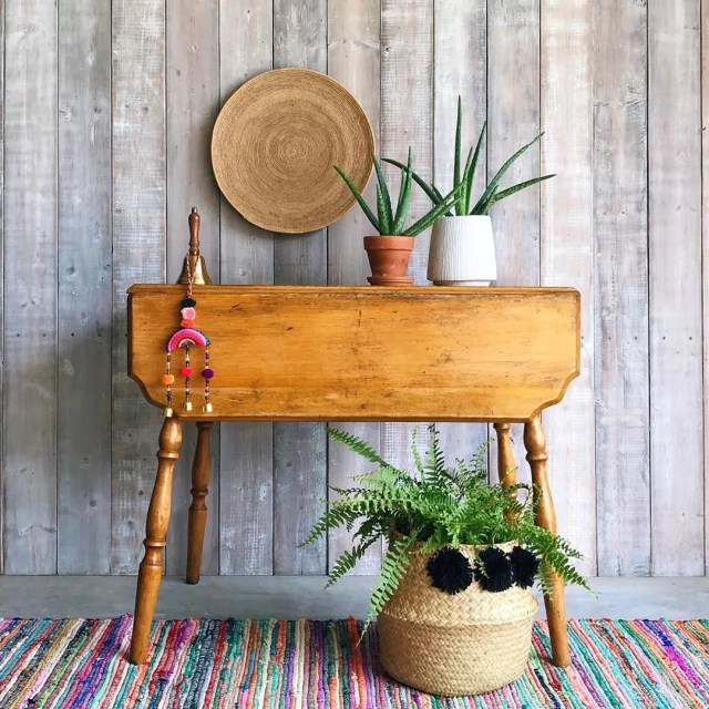 Farmhouse-style drop leaf table. Photo by Instagram user @paintmetwice