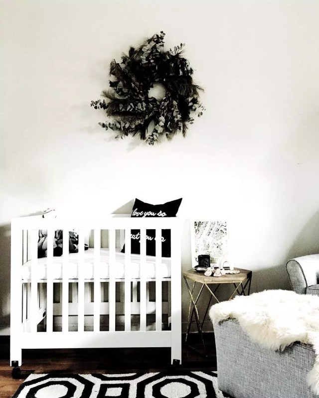 Corner-style baby crib. Photo by Instagram user @parkeretc