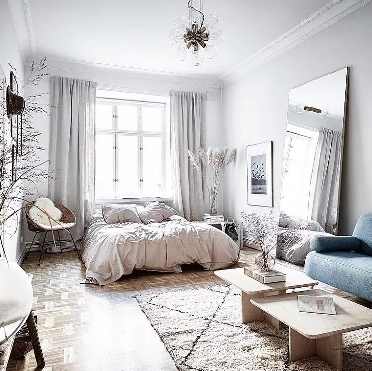 Studio apartment with white and gray design. Photo by Instagram user @soeursmagazine_