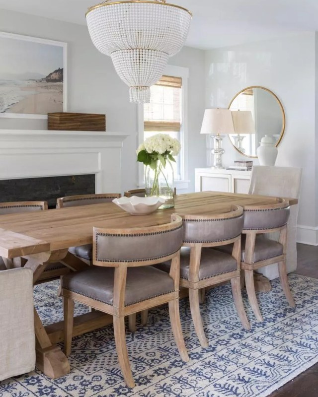Professionally staged dining room. Photo by Instagram user @ninistaging