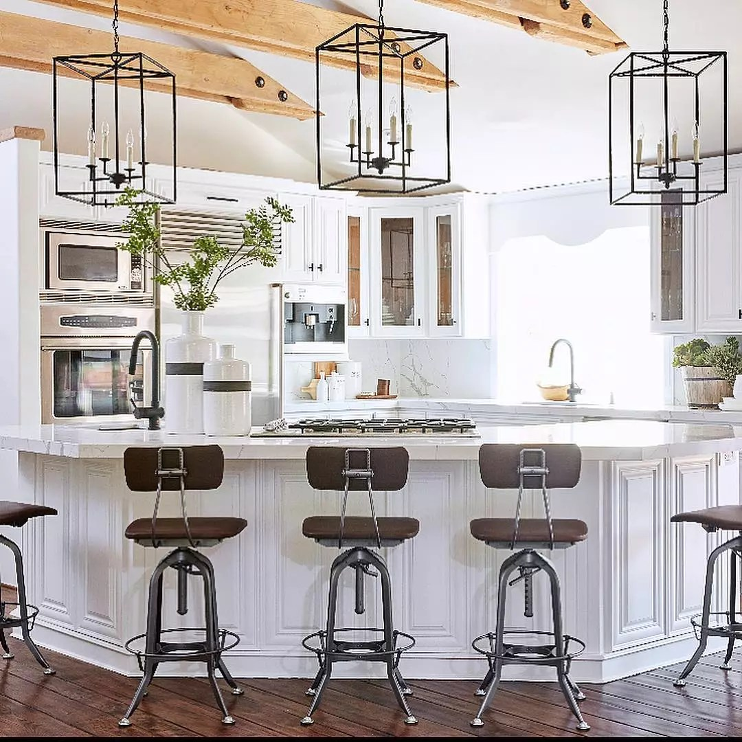 Modern kitchen with hanging light fixtures. Photo by Instagram user @kimberlykayinteriors
