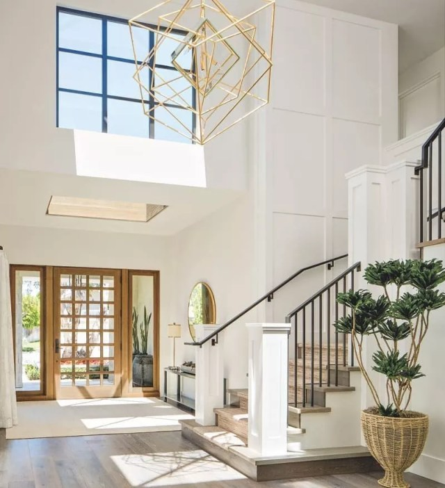 Spacious, white luxury entryway. Photo by Instagram user @peopleonthemove