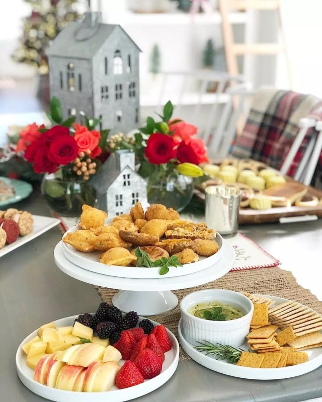 Buffet-style holiday meal. Photo by Instagram user @tatertotsandjello