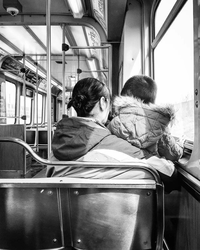 Mother and Child Riding the Train in Chicago. Photo by Instagram user @vaneza1994