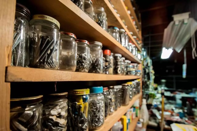 old jars holding extra nails and screws photo by Instagram user @_tominternet_