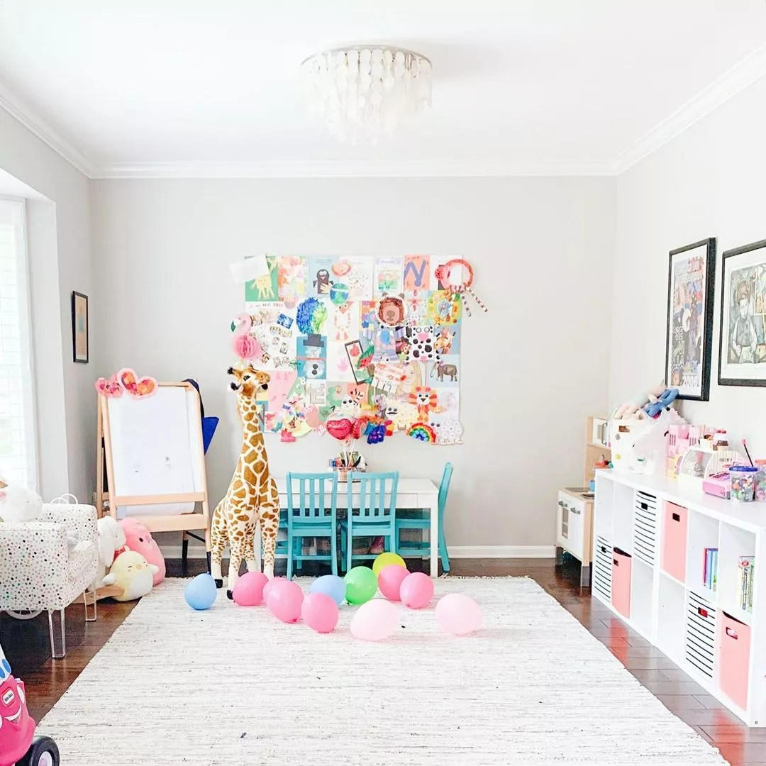 play room with cubbies and a small table for kids with balloons on the floor photo by Instagram user @thegoatabode