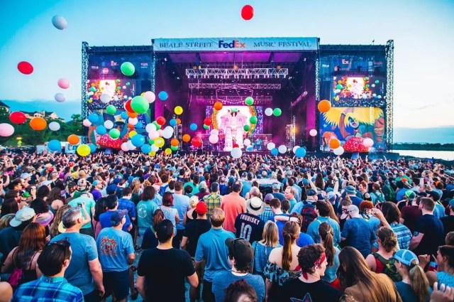 Packed crowd cheering and throwing around balloons at concert for Beale Street Music Festival. Photo by Instagram user @bjohnsonxar