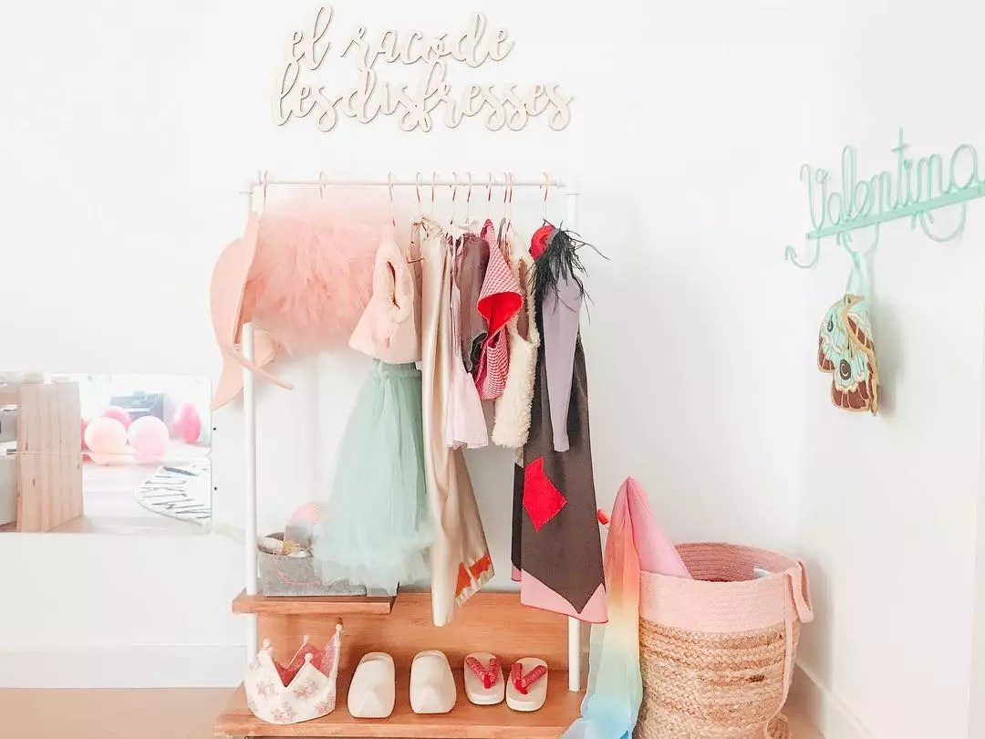 Kids corner with princess dresses hanging up. Photo by Instagram user @estoreta
