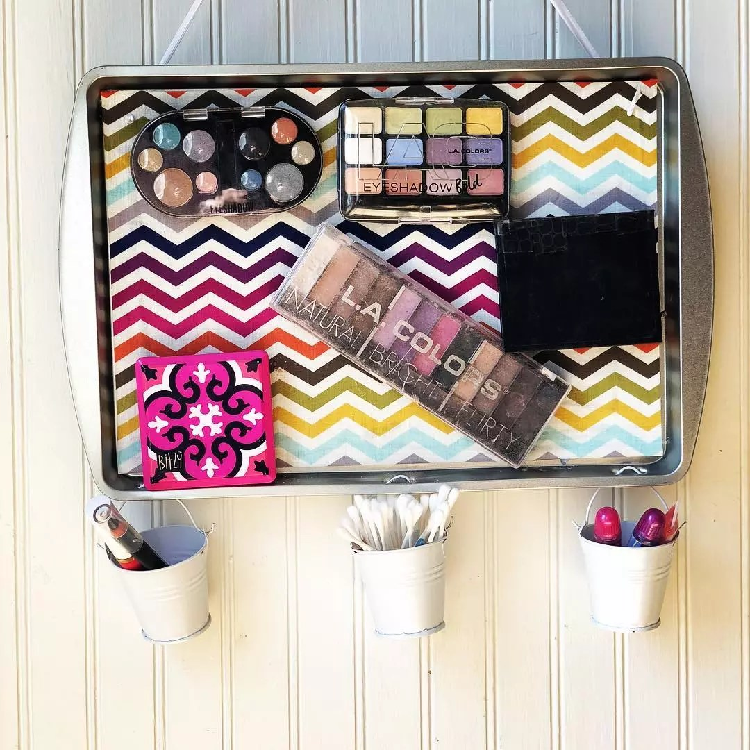 Makeup stuck to magnetic hanging board. Photo by Instagram user @celebrationscreations_by_liz