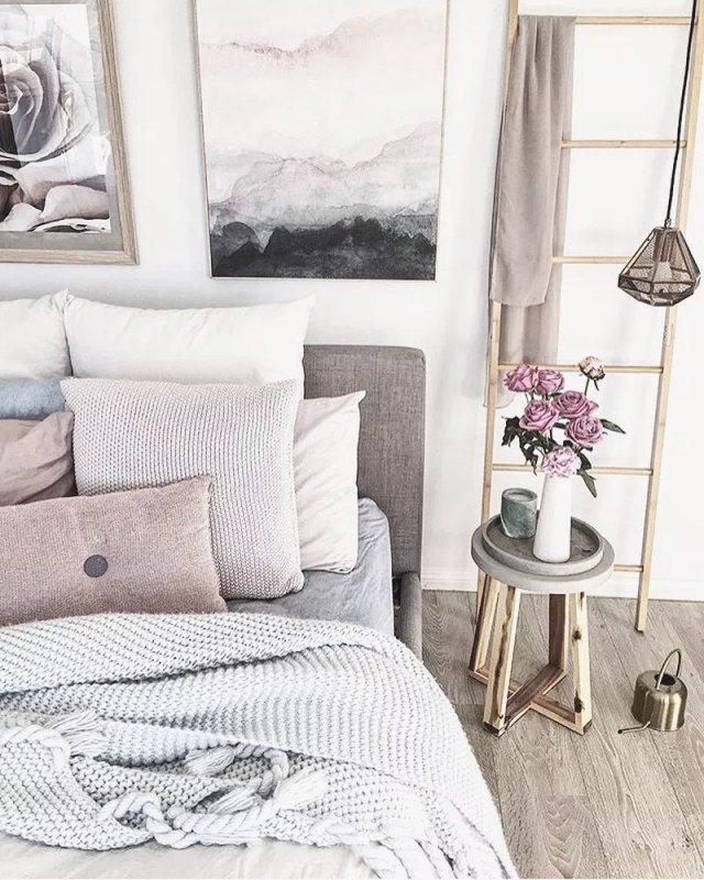 Cozy neutral bedroom with small nightstand. Photo by Instagram user @estudiodozi