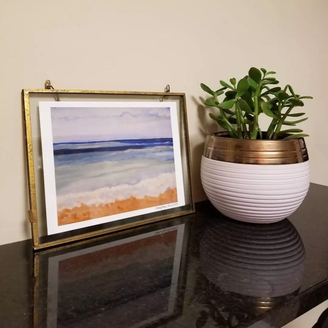 Metal picture frame and plant pot. Photo by Instagram user @champagne.reid
