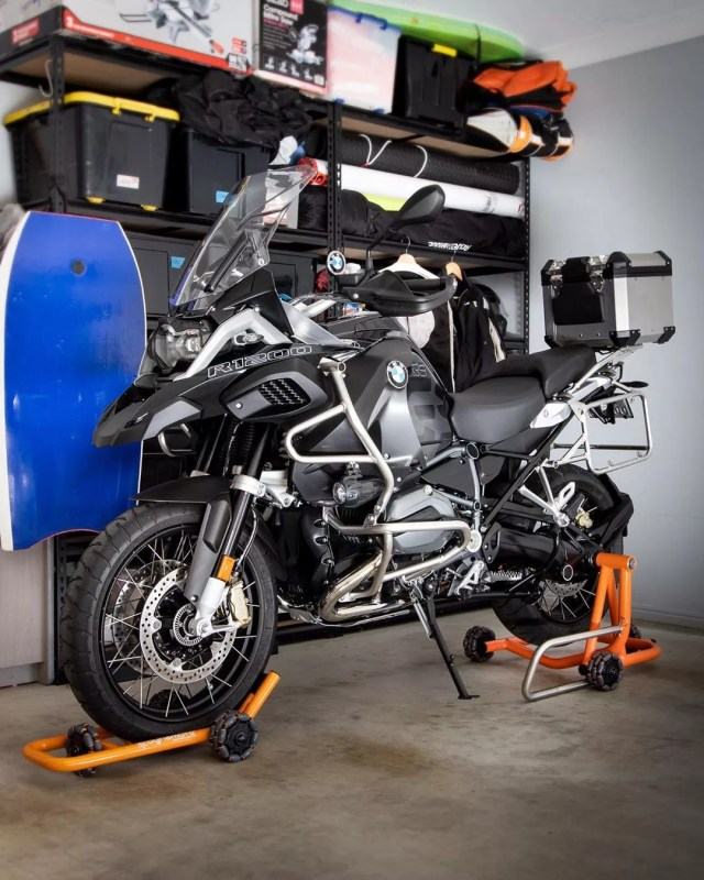 bmw motorcycle on a rolling lift in a home garage photo by Instagram user @dynamoto_official