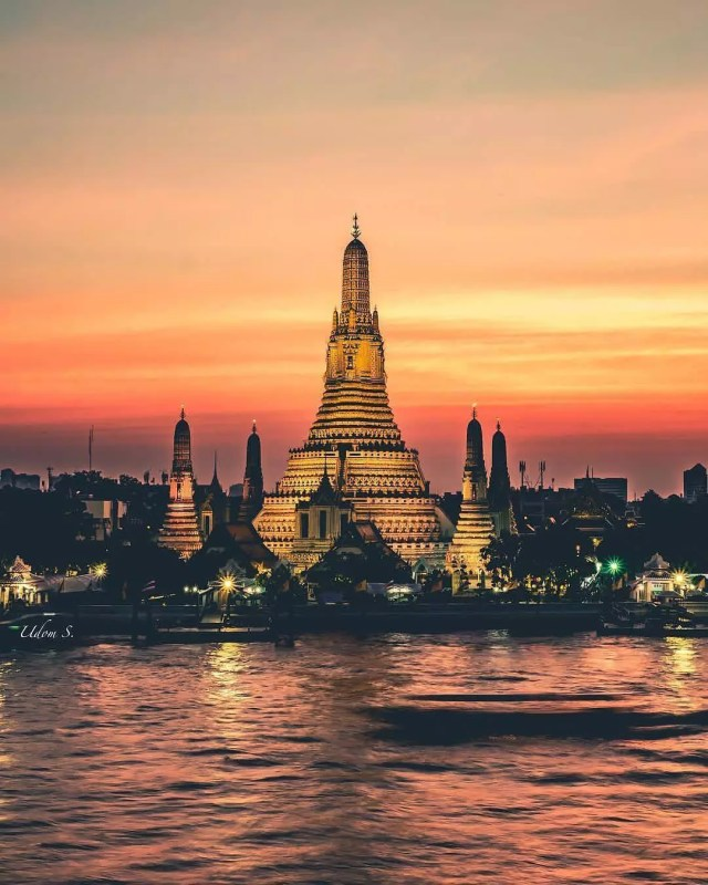 Red sunset behind a large temple in Bangkok, Thailand. Photo by Instagram user @we.thailand