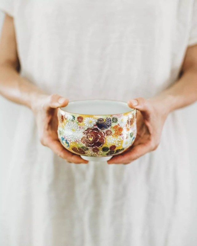 Hands holding decorative bowl. Photo by Instagram user @romanalilic