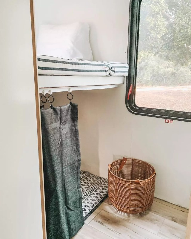 dog bunk in RV with sleeping pad and sliding screen photo by Instagram user @thesloppyjos