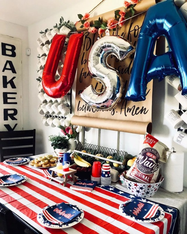 At Home Fourth of July Table with USA Balloons. Photo by Instagram user @mrs_syv