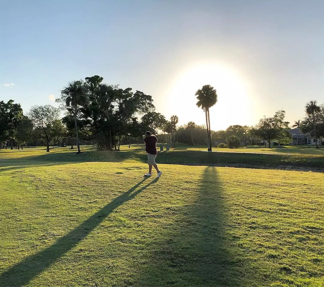 Person Playing Golf at Palm-Aire Oaks Course Estates. Photo by Instagram user @jemanolo