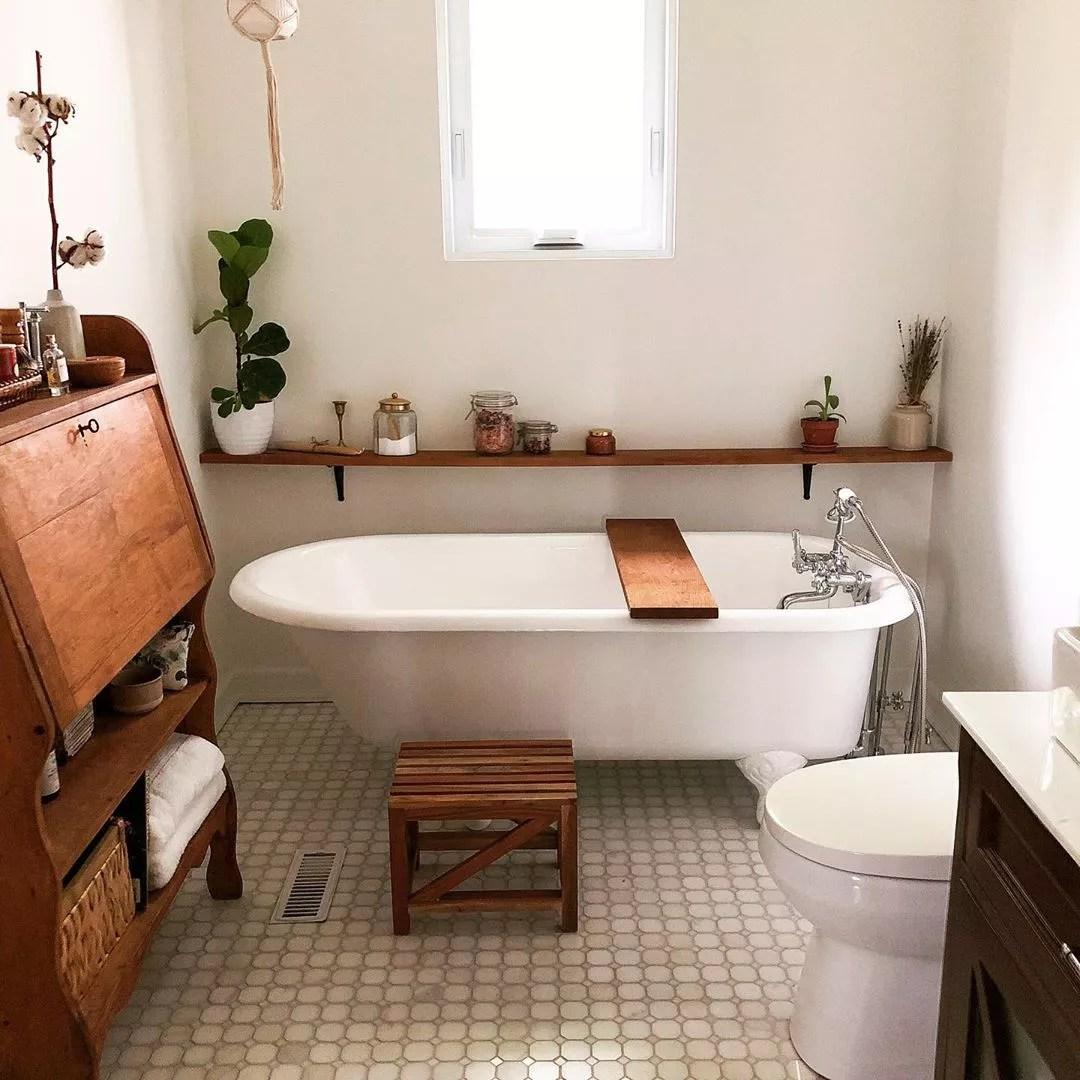Bathroom with modern updated bathtub. Photo by Instagram user @charankova.s