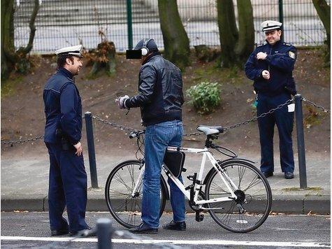 Stopp! Fahrradkontrolle! Polizisten ermahnen einen Radler in der Parkstraße.