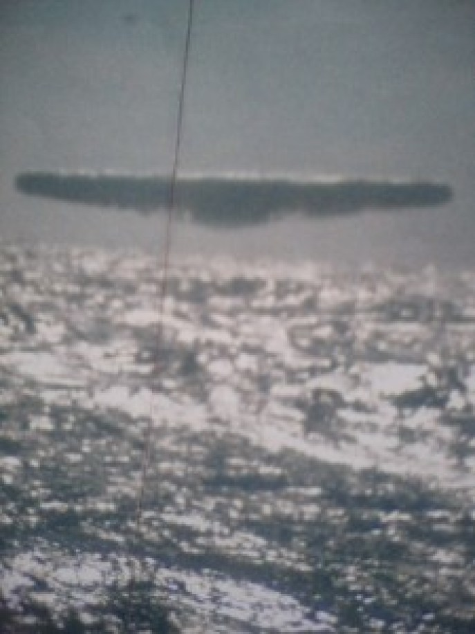 L'UFO TRIANGOLARE SOSPESO SUL MARE