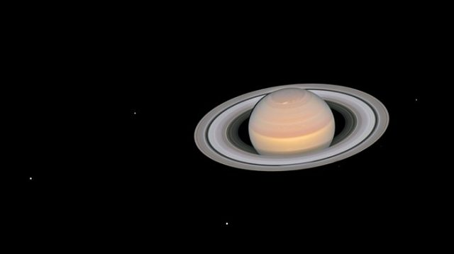 Hubble Captures Mars and Saturn as They Pass Close to Earth 2