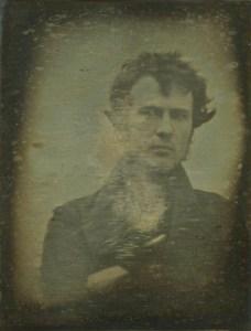 Первое известное фотографическое селфи, сделанное Робертом Корнелиусом в 1839 году