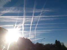 Gezielte Verschleierung des Himmels: Persistente Kondensstreifen, sogenannte Chemtrails, über Gedern in Hessen am 16.12.2013