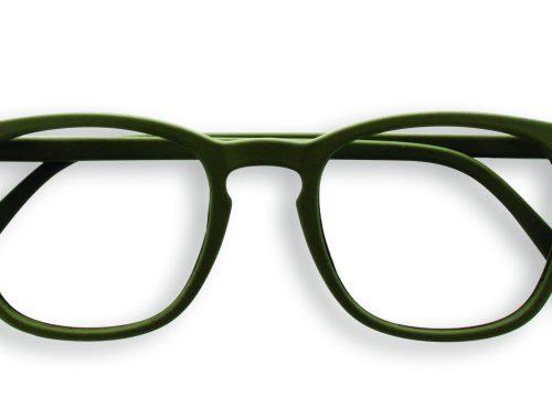 izipizi wears reading glasses