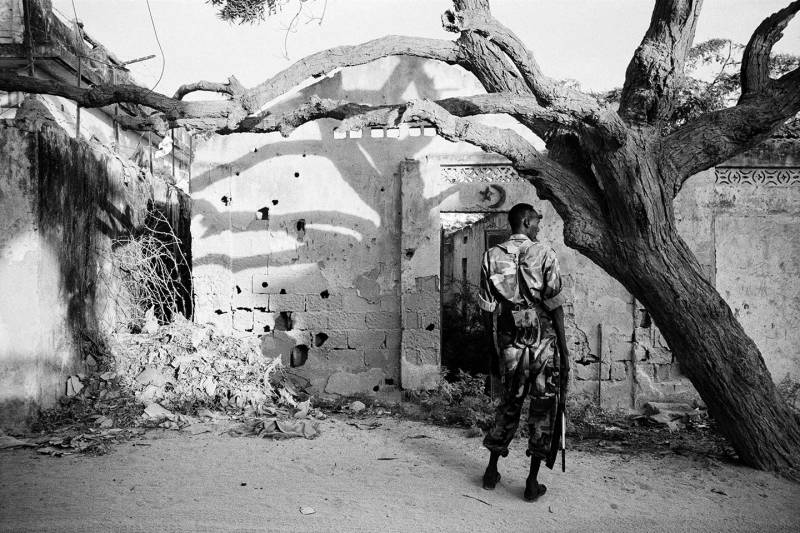 Mogadishu, food distribution taking place under close surveillance of by local militia in Wadajir district