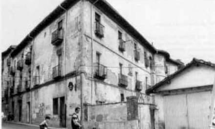 Estudio junto al palacio Velasco: la muralla fechada en los siglos XIII y XIV