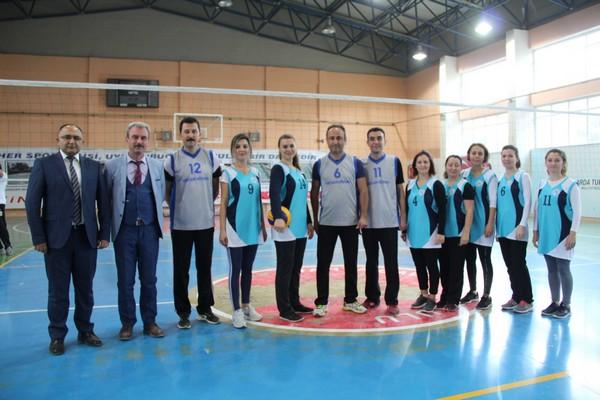 Ezine'de Öğretmenler Günü Voleybol Turnuvası