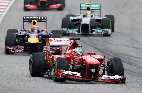 Alonso rodando en pista con el alerón delantero descolgado