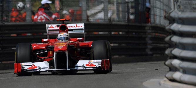 Alonso rodando en los Libres 2 de Mónaco con un casco un poco distinto