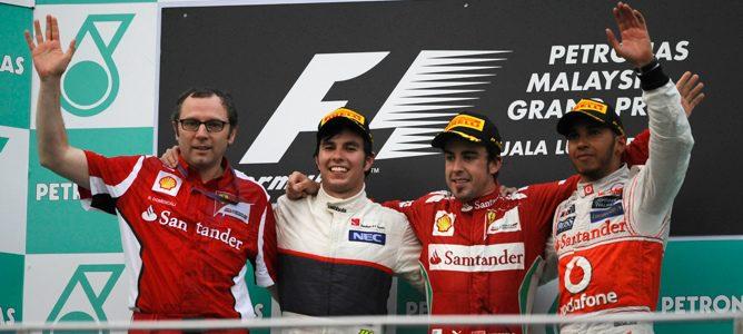 Alonso, Pérez y Hamilton en el podio de la carrera junto a Domenicali