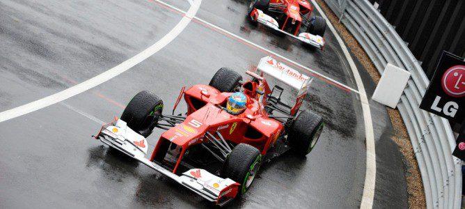 Los dos Ferrari salen del pit-lane e se incorporan a la pista