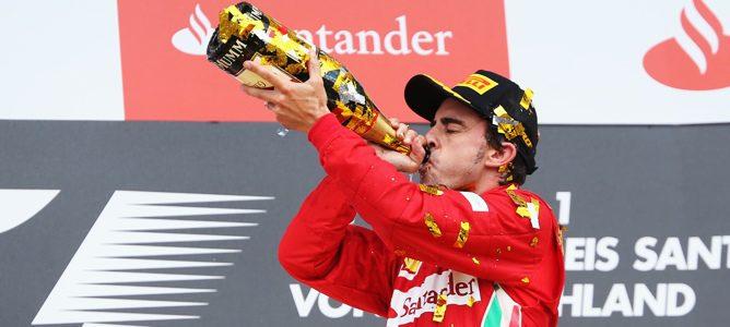 Alonso celebrando su victoria en el podio