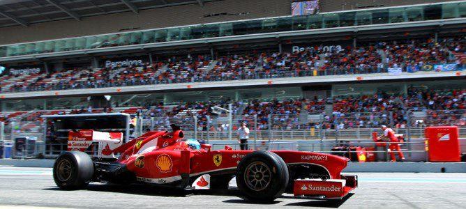 Alonso rodando en el pit-lane
